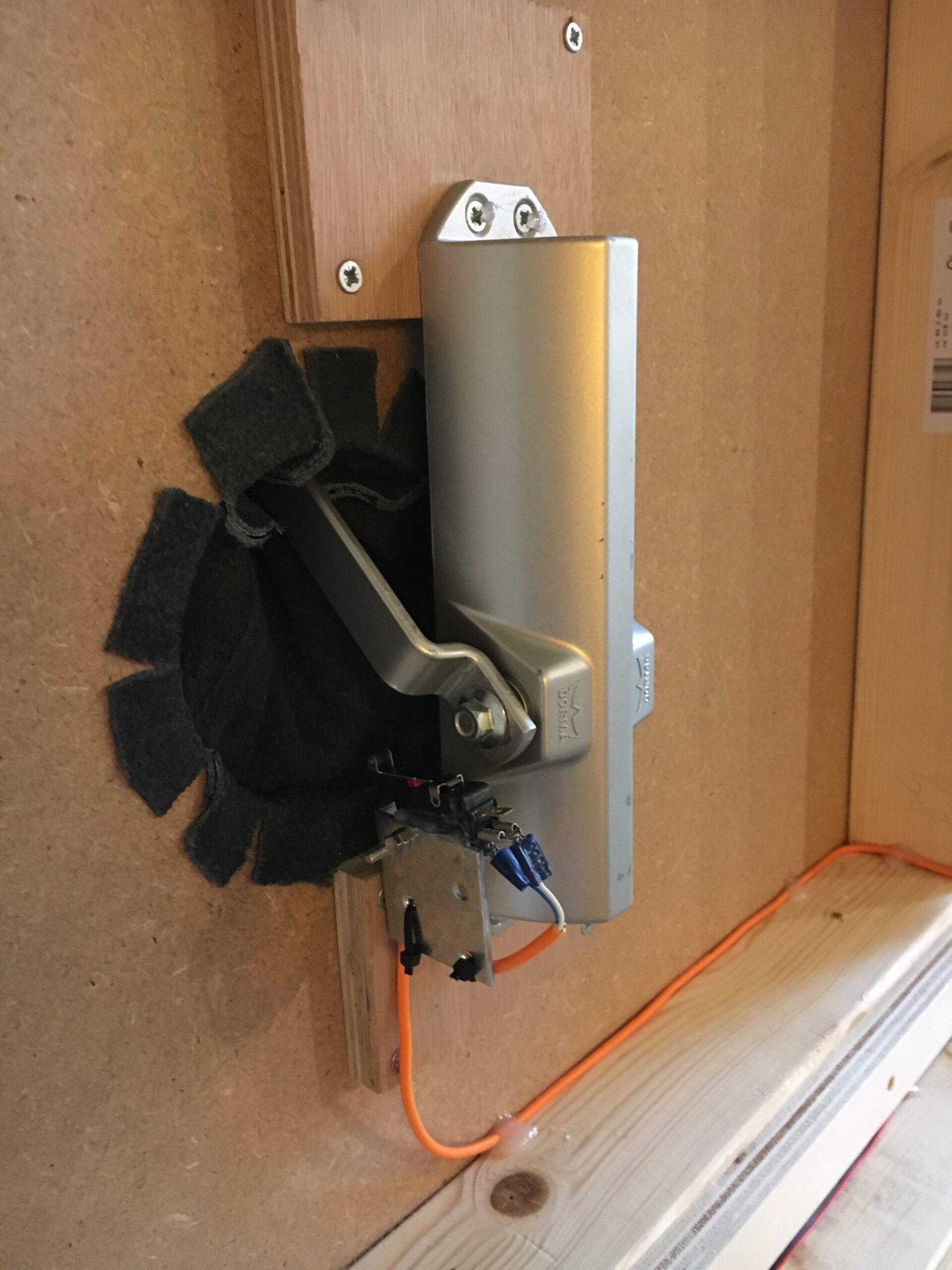 Een deurdranger en een switch als robuust mechaniek